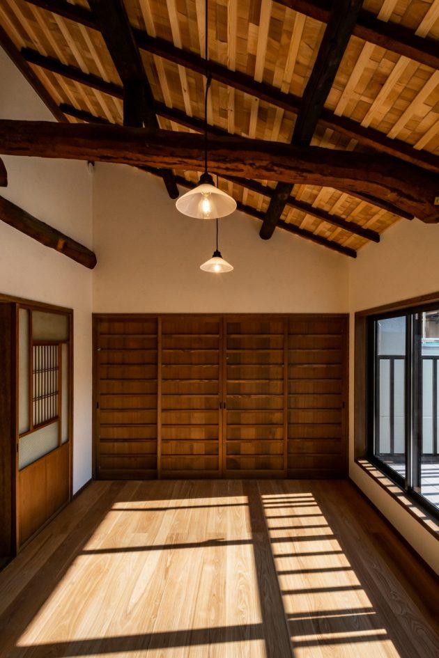Renovated machiya Otsu Hachise interior wooden beam