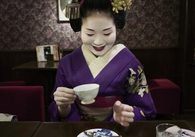 The English-speaking maiko Tomitsuyu of Tomikiku Teahouse, Gion Higashi